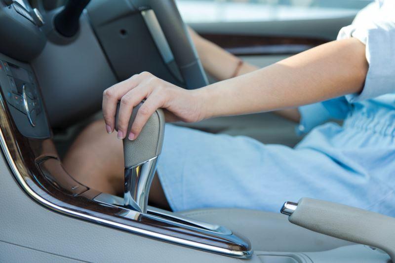Arabada en sık yapılan hatalar - Eli sürekli viteste tutmak